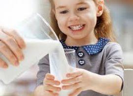 Cientistas afirmam que crianças devem beber principalmente leite e água